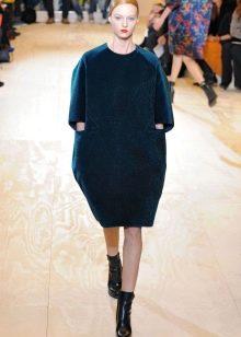 Платье-мешок с ботинками на низком кабуке