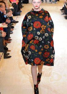 Платье-мешок с цветными ботинками
