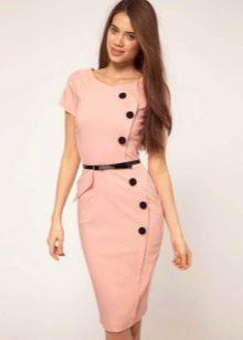 Персиковое платье с асимметричной застежкой на корпоратив