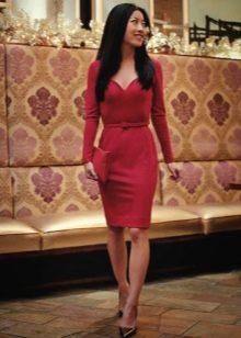 Бордовое платье с длинным рукавом на корпоратив