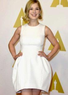 Белое короткое платье с юбкой колокол