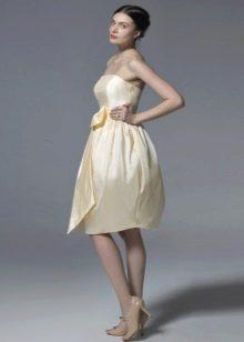 Нарядное бежевое платье-бюстье с юбкой колокол
