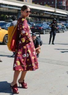 Бордовое платье с принтом с юбкой солнце