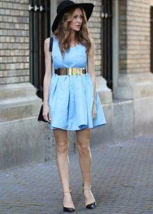 Короткое голубое платье с юбкой солнце в сочетание со шляпой и металлическим золотым поясом