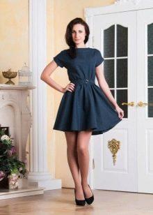 Короткое темно-синее платье с юбкой солнце