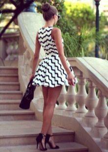 Короткое бело-черное платье с юбкой солнце