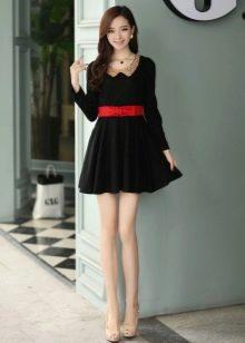 Черное короткое платье с юбкой солнце и с красным ремнем