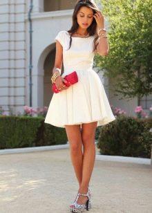 Белое короткое платье с юбкой солнце