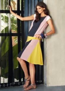 Цветное платье с заниженной талией средней длины