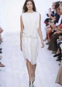 Беое платье с заниженной талией средней длины