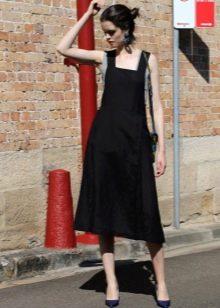 Черное платье-сарафан средней длины со свободной юбко