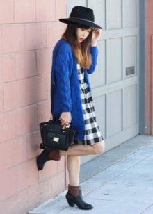 Платье-сарафан в сочетание со шляпой, кардиганом и ботинками на низком каблуке