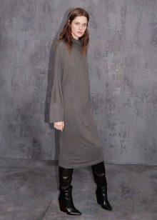 Шерстяное платье с сапогами