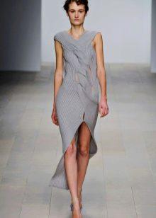 Шерстяное платье вязаное спицами с косами