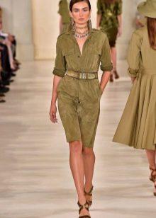 Бархатное платье болотного цвета в стиле милитари
