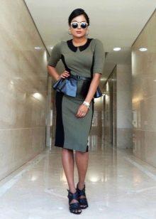 Платье-футляр с баской в стиле милитари