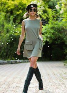 Повседневное платье свободного кроя в стиле милитари с накладными карманами