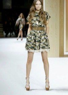 Платье с камуфляжным принтом в стиле милитари