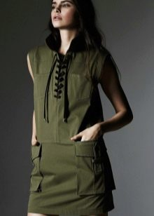 Платье в стиле милитари со шнуровкой и накладными карманами