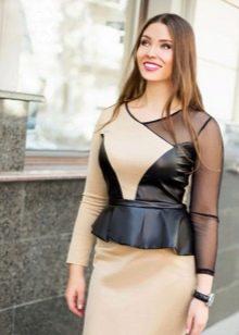 Платье из экокожи с баской для полных