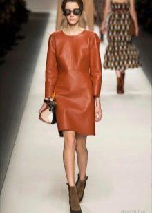 Платье из экокожи коричневое