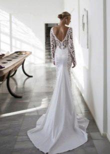 Белое платье с открытой спиной и шлейфом