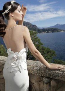 Платье с открытой спиной декорированное цветком