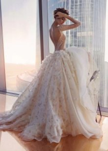Пышное платье с открытой спиной