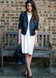 Кожаная куртка к платью в стиле 60-х