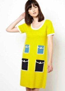 Желтое платье с голубыми и черными карманами-обманками в стиле 60-х