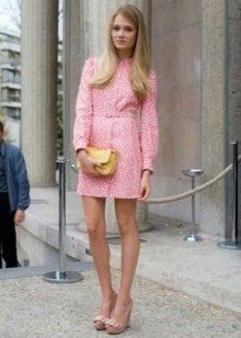 Короткое розовое платье в стиле 60-х