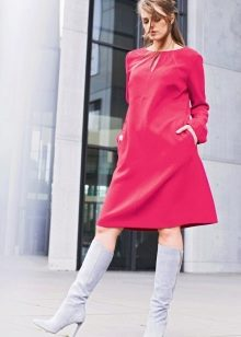 Розовое трапециевидное платье средней длины в стиле 60-х в сочетание с сапогами