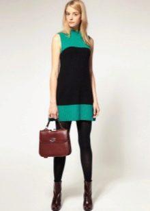 Короткое двухцветное платье-трапеция в стиле 60-х в сочетание с грубыми ботинками