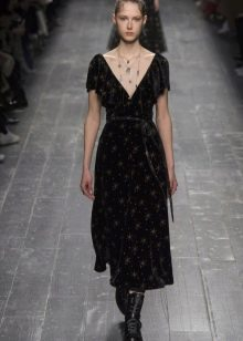 Приталенное платье миди с глубоким вырезом