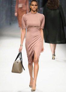 Приталенное  платье трикотажное бежевое