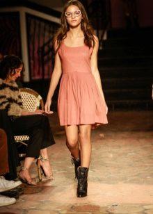 Приталенное платье короткое без рукав