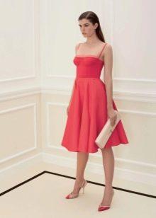 Приталенное  платье алое