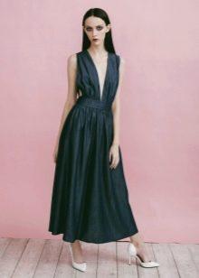 Приталенное расклешенное платье с глубоким вырезом