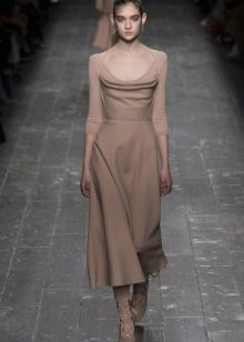 Приталенное платье миди бежевое