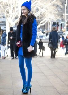 Яркие синие колготы к синему платью