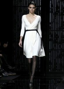 Черные колготы с поясом к белому платью