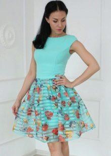 Яркое платье из органзы с принтом на юбке