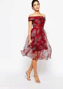 платье из органзы с открытыми плечами