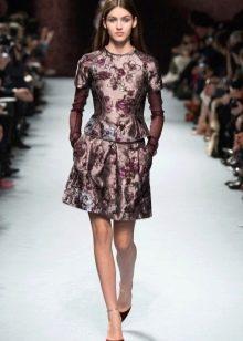 платье из парчи с цветочными мотивами