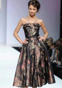 платье из парчи с декольте