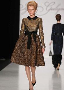 парчовое платье с черным поясом