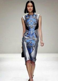 платье из сатина на подиуме