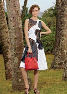 Красная сумка к белому-черному платью