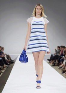 Синие аксессуары к белому-синему платью