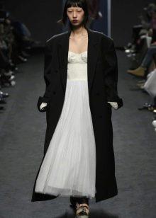 Черное широкое пальто к длинному платью